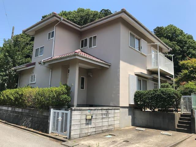 成田空港まで10km成田山まで8km成田イオンモールまで6km住宅街近くにコンビニ温泉あり
