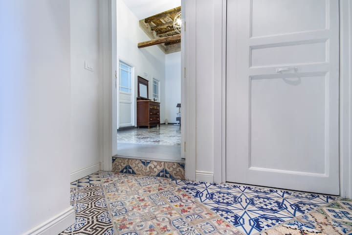 The door is open: you're welcome! Enjoy the XIX faiences on the vestibule floor