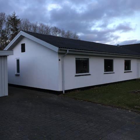 Hyggeligt lille hus, 15 min fra MCH - Herning - Casa