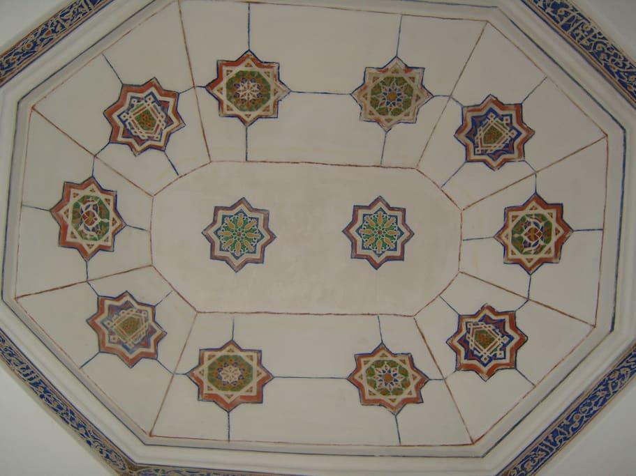 oud plafond boven het bed