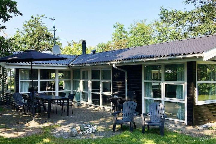 Pintoresca casa de vacaciones con piscina en Knebel