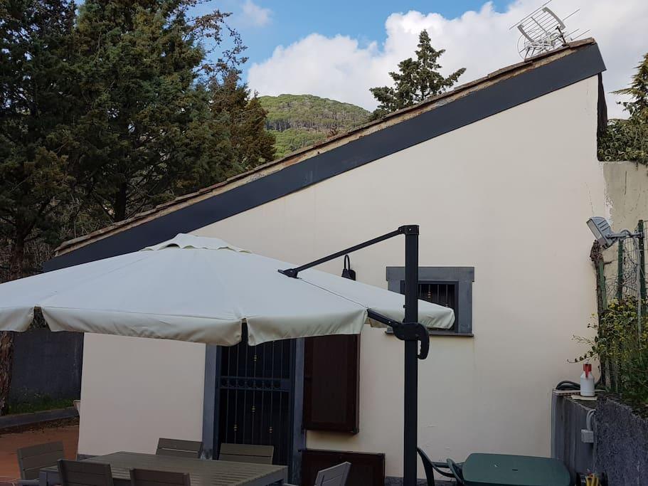 Vista dei Monti Rossi dal cortile interno.