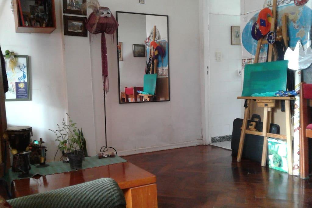 living espacioso con mesa enana.