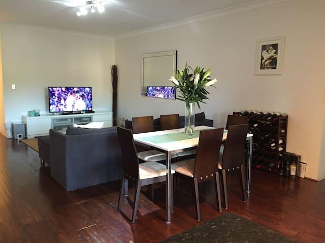 Gorgeous large 2 bedroom apt 4 U - Cronulla - Apartemen