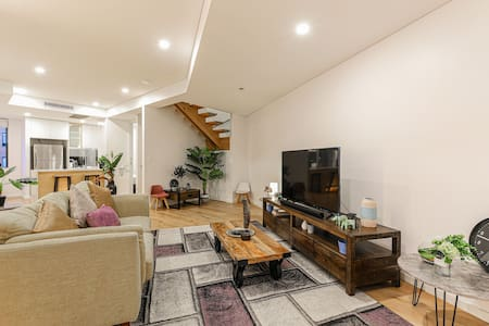 RARE FIND-Mins to Darling Harbour&Casino(Free P.)