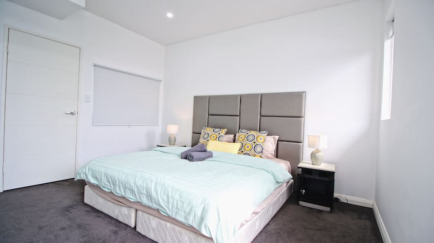 Luxury 5 Beds house in Sydney-2B