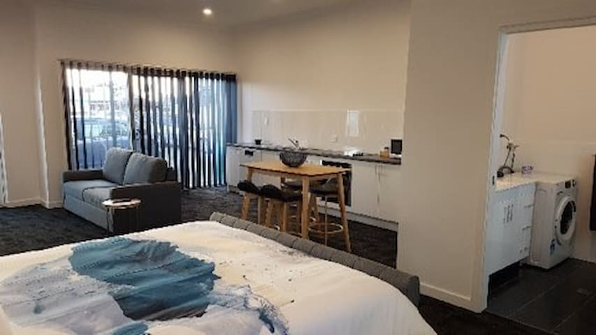 Beautiful Port Lincoln Marina_Shark Apartment 6