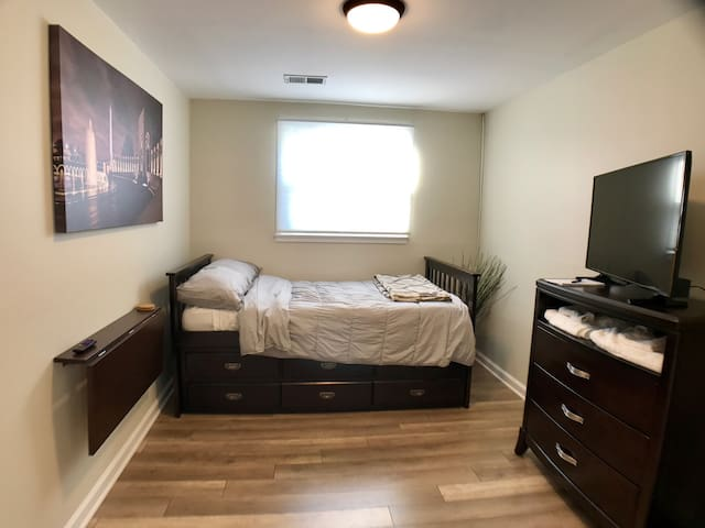 The White House - Private Bedroom with Trundle Bed - Manassas - Casa