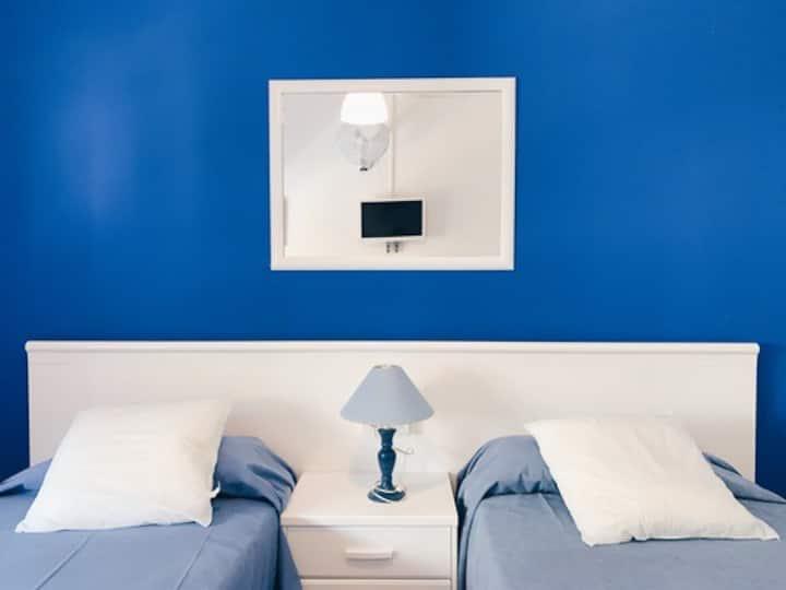 Doble amb bany en hostal tranquil a Portbou 2llits