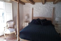 First floor double room features 5ft wide 4 poster bed