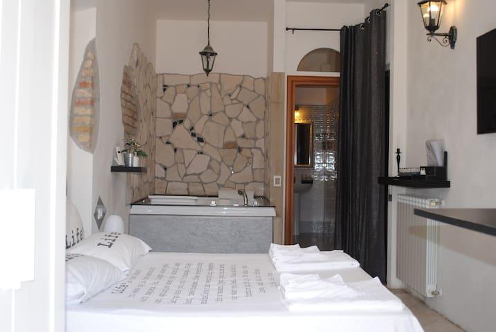 Camera in casale con vasca idromassaggio