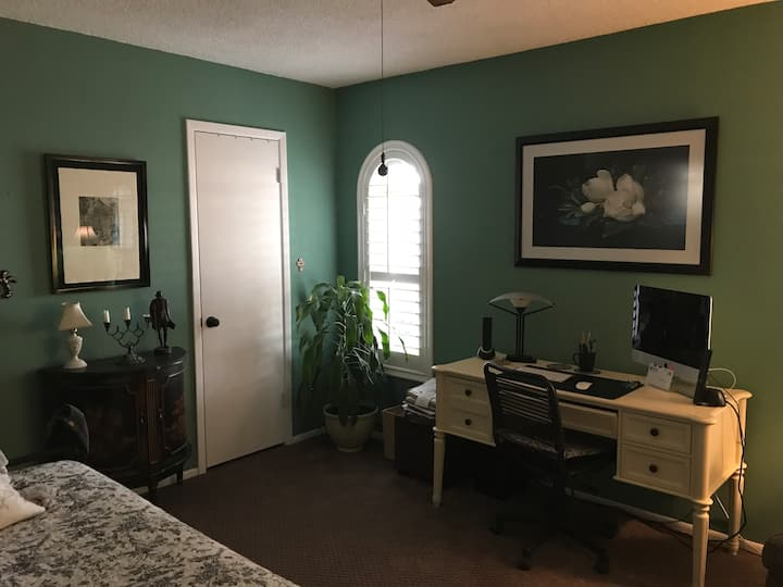 INVITING RETREAT, Near Major Freeways in North Phx