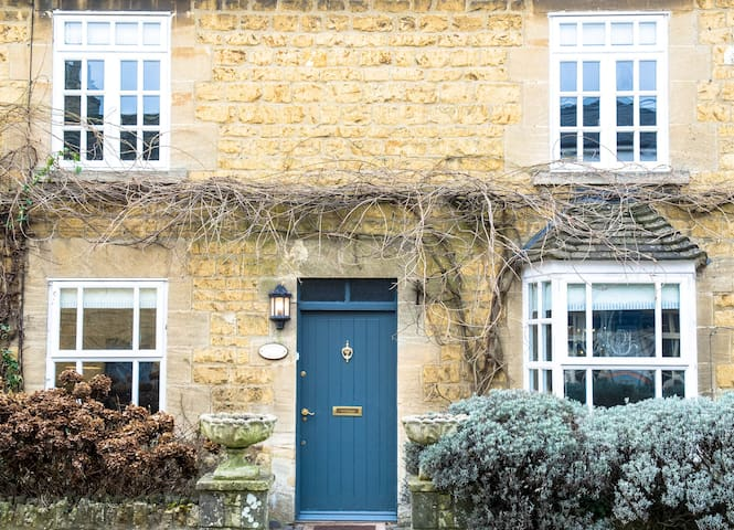 Wisteria Cottage, delightful Cotswolds Cottage