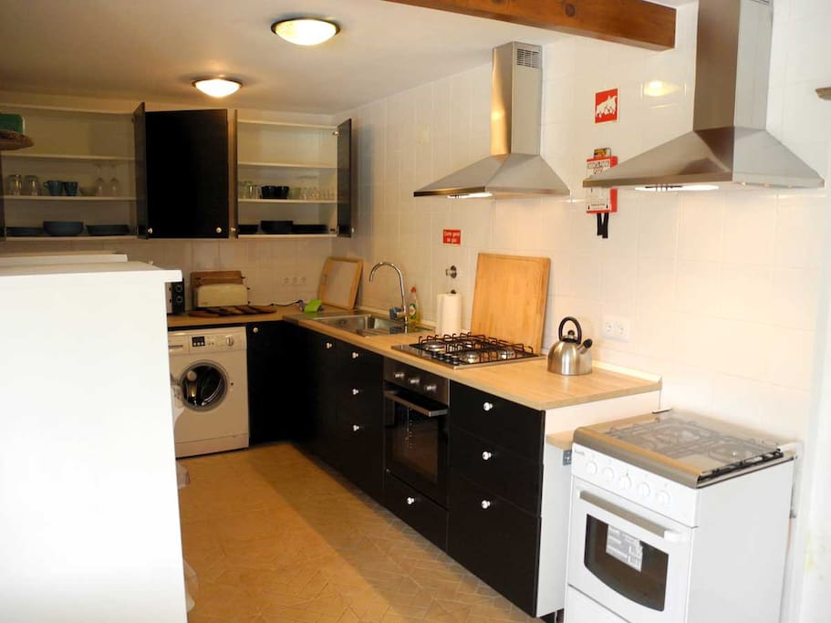 Küche mit zwei Kühlschränken, Herden und Abzügen
