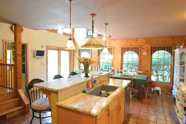 Charming 5bed/2.5 bath Oasis: Downtown Honesdale!