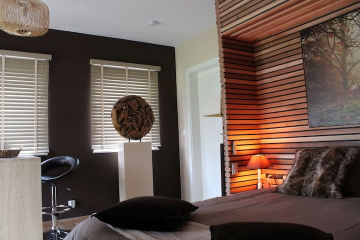 Chambre à baldaquin intimiste et chaleureuse. Bois de cèdre.