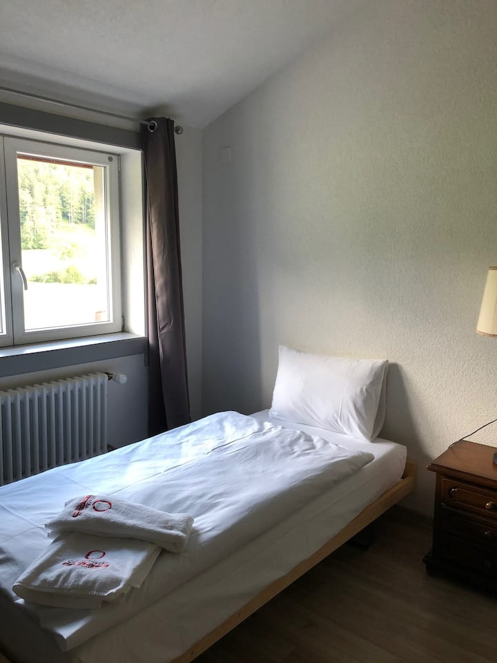 Hotel-Grill Travers - chambre simple avec vue