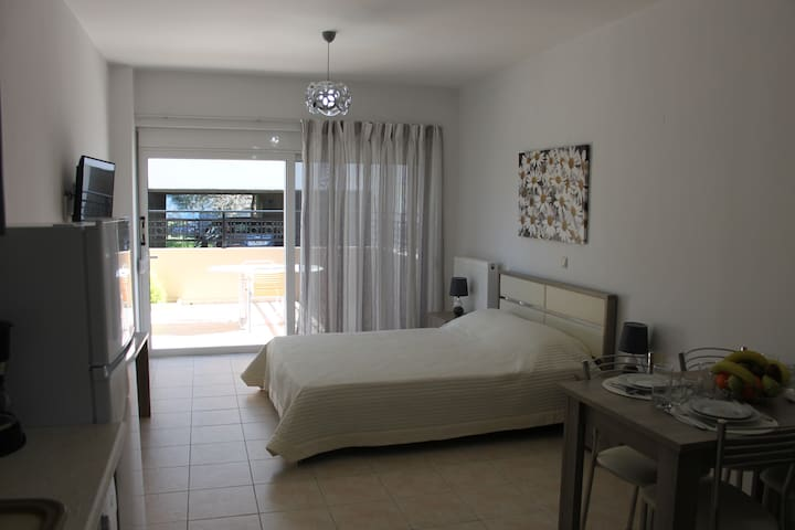 Modern 1 bedroom apt just few meters from the sea!