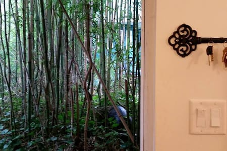 Private little coach house nestled behind bamboo - Vancouver - Bungalow