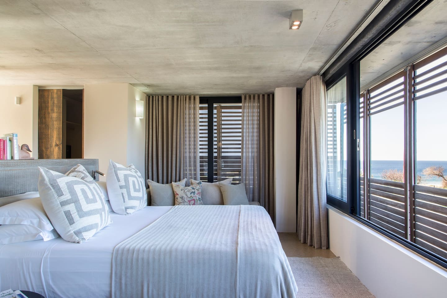 House Philip 1 is undoubtedly Christiana Lodge's best room. It is spacious with views of the ocean from the bedroom. It also has its own private swimming pool.