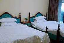 大卧室内摆有两张150的欧式风格床,方便实用。