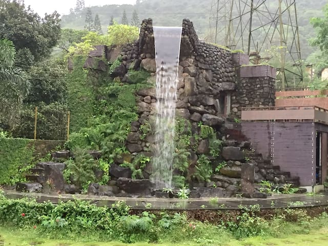 Suite Room Under Live waterfall - Lonavala - Bed & Breakfast