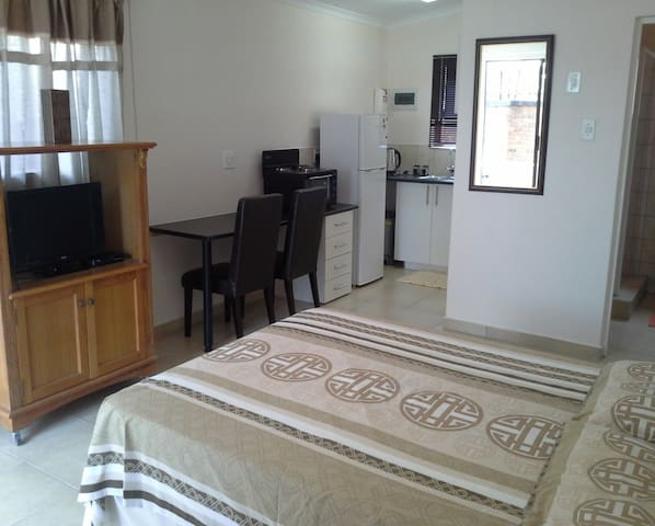 Bardene, Studio for Rent