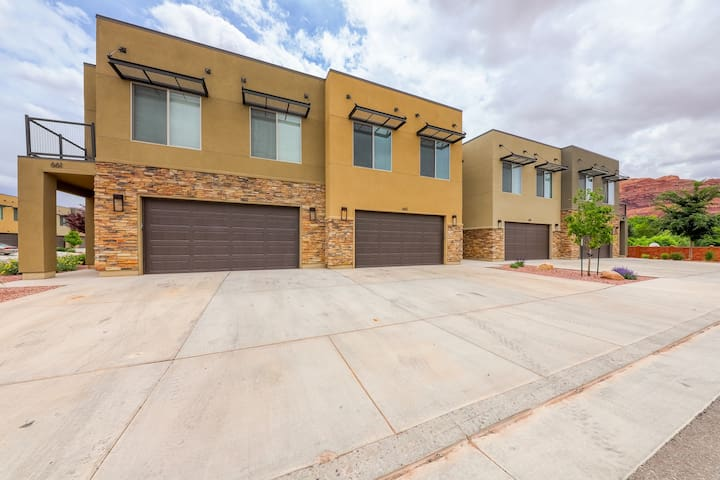 Modern condo w/ fenced patio & shared pool/hot tub, near downtown/Arches!