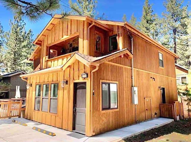 Spacious, Modern Cabin Near lake, Slopes & Zoo