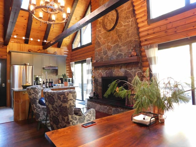 Beautiful newly upgraded Chalet/Log Cabin