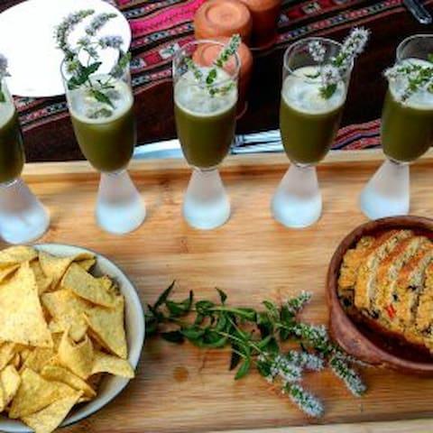 Apéro jus frais maison, pain au olives et poivrons et pâté végétale.