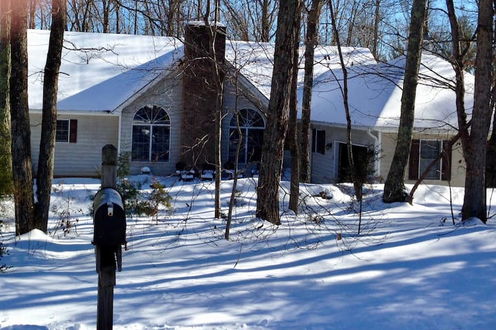 Bed & Bath quiet setting near colleges & mountains - Amherst - Casa