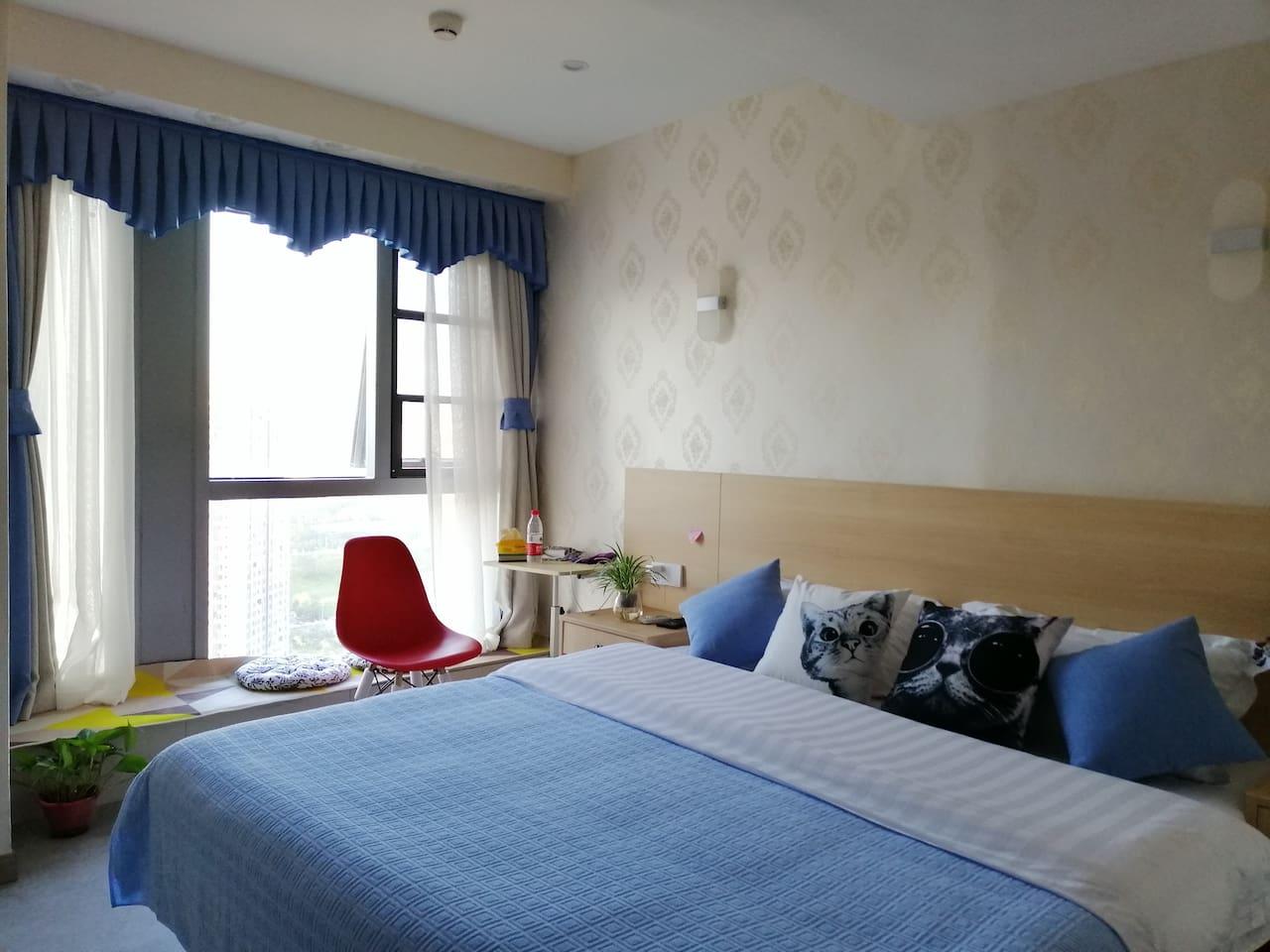 1.8米的大床房,宽敞明亮的阳光落地大窗。