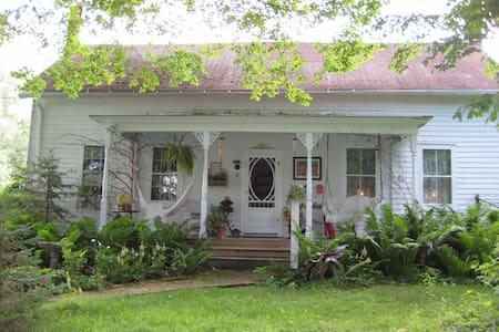 Cozy furnished 1840 farmhouse suite - Clayville - Maison