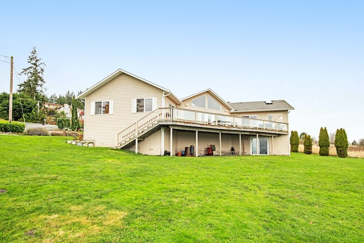 Incredible Views of the Ocean & Mt. Baker w/ Deck, Fireplace, Jetted Tub & WiFi!