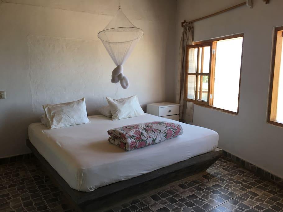 Dormitorio principal con cama king y vista excepcional a Las Pocitas de Mancora - primer nivel (bedroom)