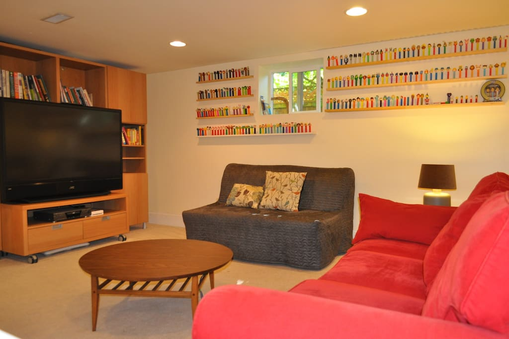 Lounging area -- cable TV with basic stations, HULU and NETFLIX available