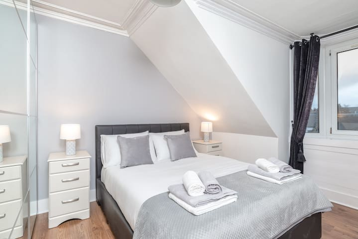 City Apartments/Kingsize Bed/Free Parking/Sleeps 4