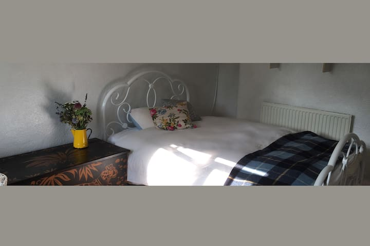 Sweet double room in a cosy Devon cottage