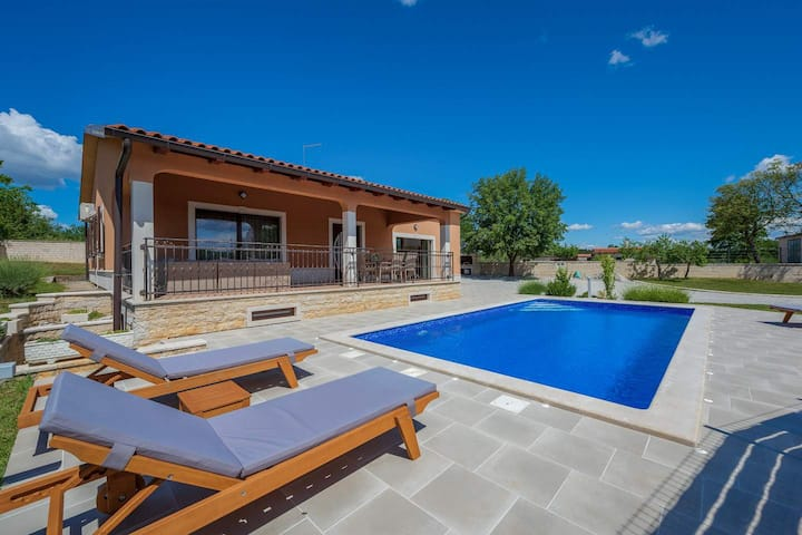 Villa Luna s bazenom i jacuzziem