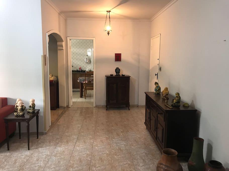 Sala e cozinha ao fundo