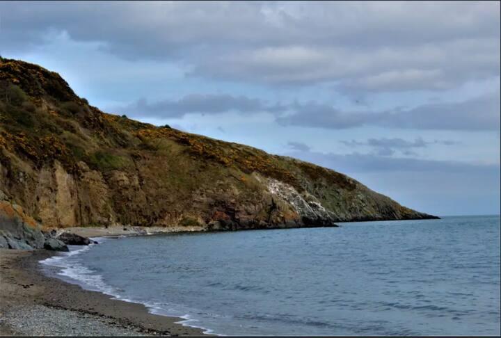 GREYSTONES APARTMENT AT THE SEA.