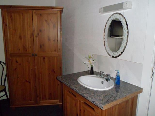 R5) Standard twin-share facilities