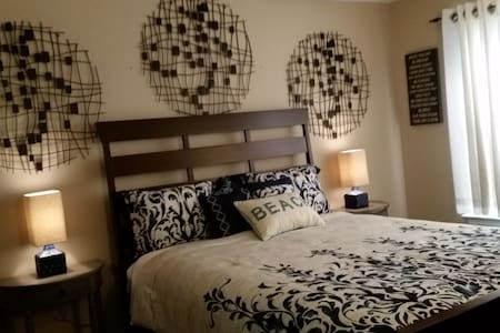WF Hosp/UWF/Univ. Mall:  Private Bed & Bath Suite! - Ház
