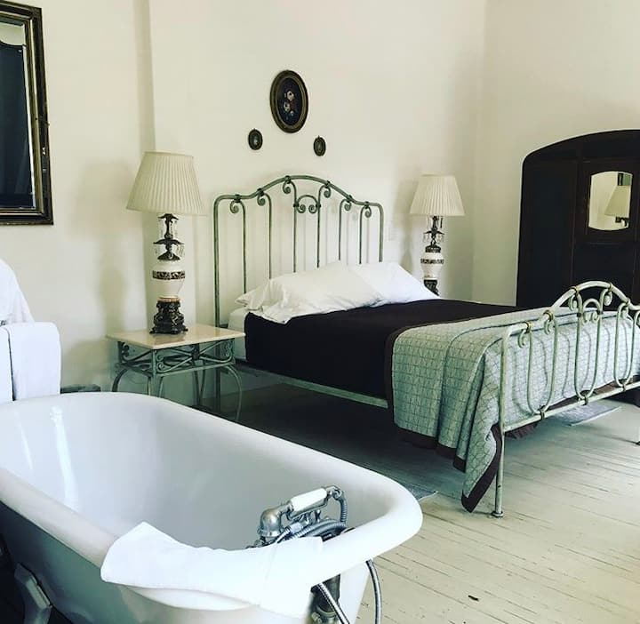 Nice Claw tub room (Porfirio Room Condesa Haus)