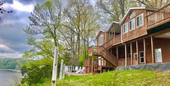 """Entire"" Lakehouse with a view. 4 br,3 ba,2 floors"