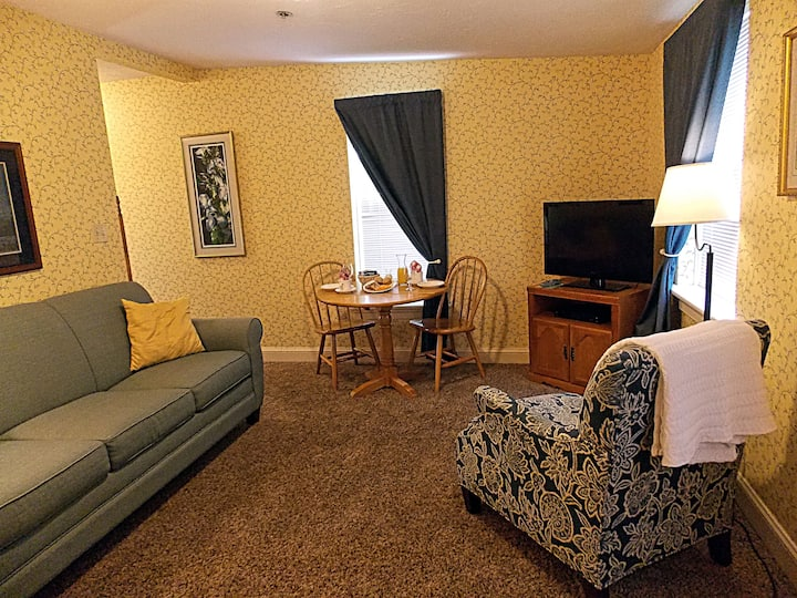Blue Parrot Tearoom Suite - James Gettys Hotel