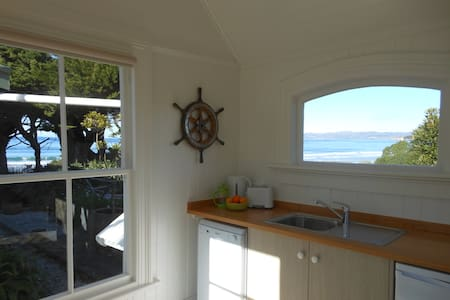 Fishermans Cottage beside the sea - Karitane