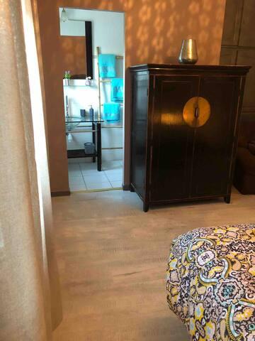 """chambre 5 : suite parentale avec dressing et salle de douche, située au rez de chaussée espace """"MAison de Lilly"""""""