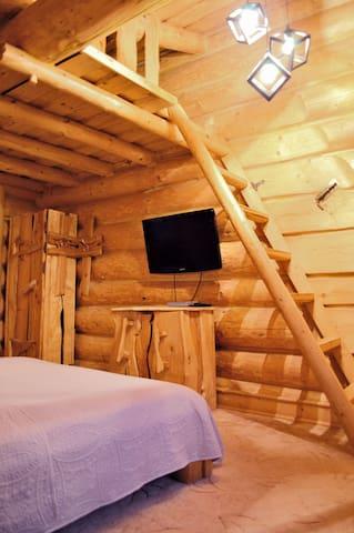 Мини-антресоль в спальне №1, можно использовать как дополнительное спальное место, а еще там любят играть дети!